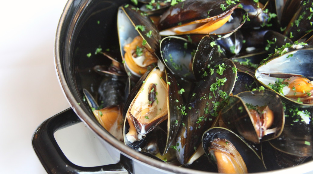 Metal pan filled with moules mariners (mussels)